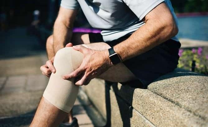 درمان آب آوردن زانو با طب فیزیکی، ورزش و تخلیه مایع زانو